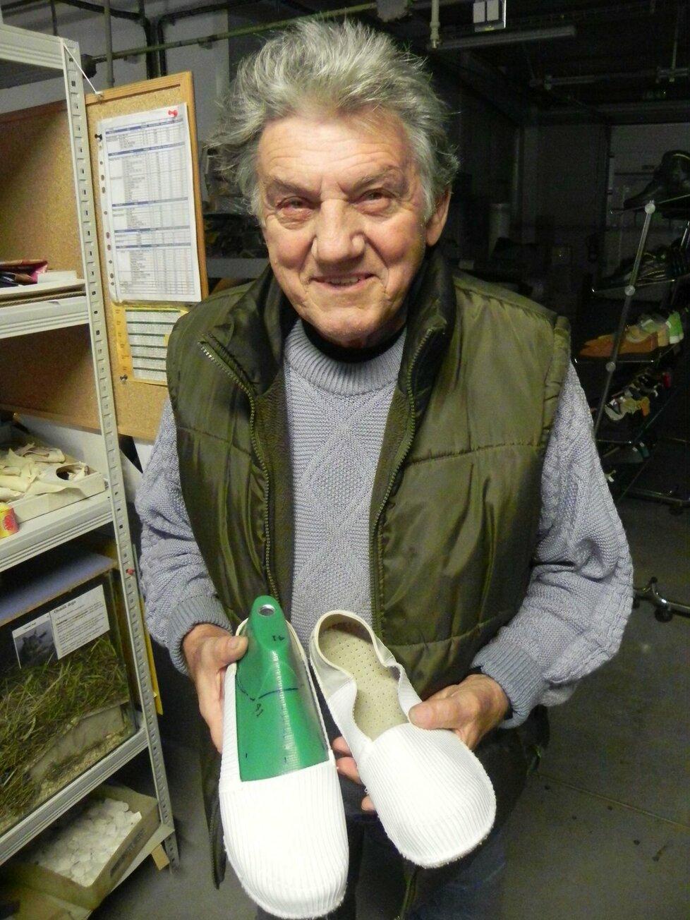 9591da752b1 GALERIE Neúnavný švec Josef Hanák (74) vymyslel boty na spaní  První ...