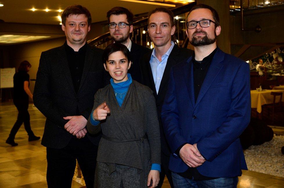 Vedení Pirátů. Zleva: Radek Holomčík, Jakub Michálek, Ivan Bartoš, Mikuláš Peksa a pod nimi drobná poslankyně Olga Richterová.
