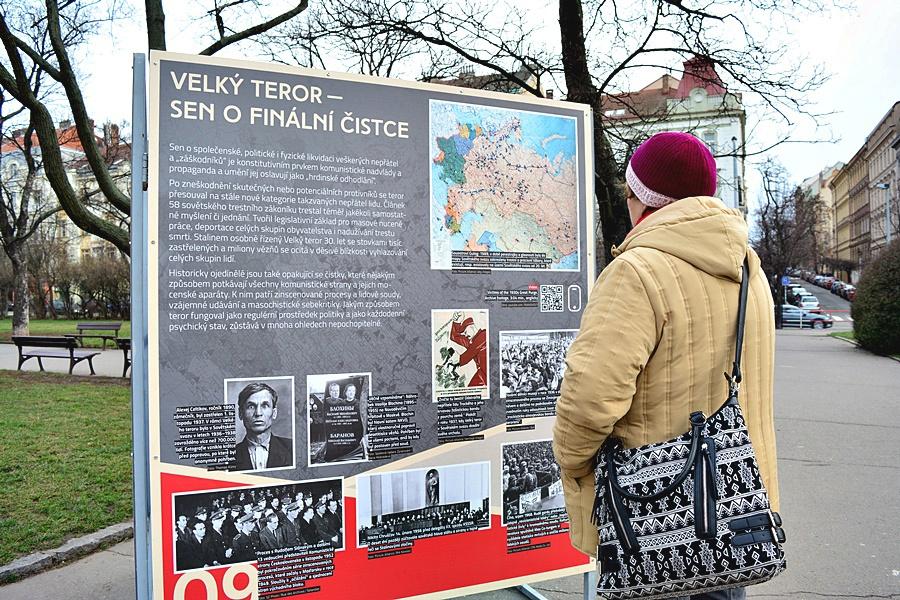 Výstava popisuje vzestup a pád komunismu ve 20. století.