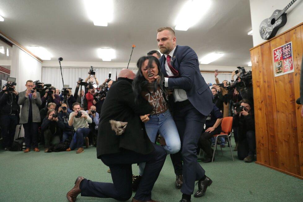 Aktivistka z hnutí Femmen se vrhla na Zemana
