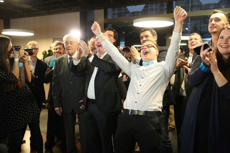 Takto se lidé ve volebním štábu Pavla Fischera radují z vysoké podpory voličů.