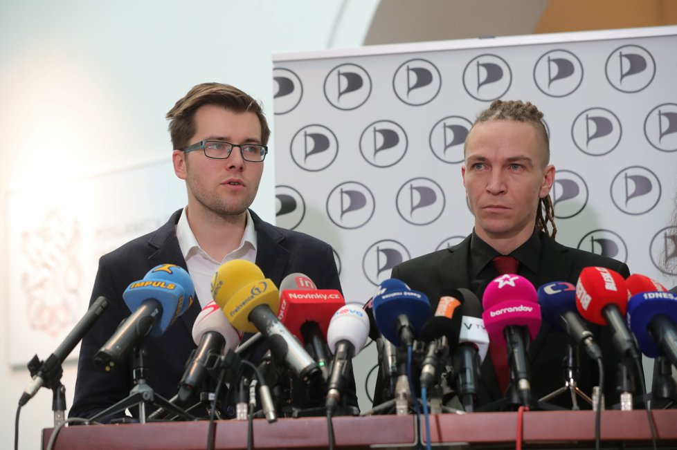 Tiskovka Pirátů, zleva: Jakub Michálek, Ivan Bartoš.