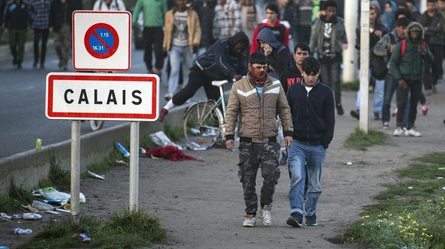 Migranti potulující se kolem Calais.