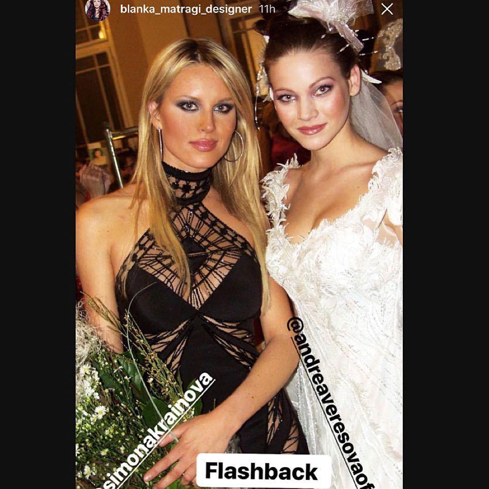 Simona Krainová (44) přidala jednu retro fotku, na které je s Andreou Verešovou (37). Jak je fotka asi stará? Podle stylu líčení už to nějaký pátek bude! Simona fotku převzala z profilu návrhářky Blanky Matragi.