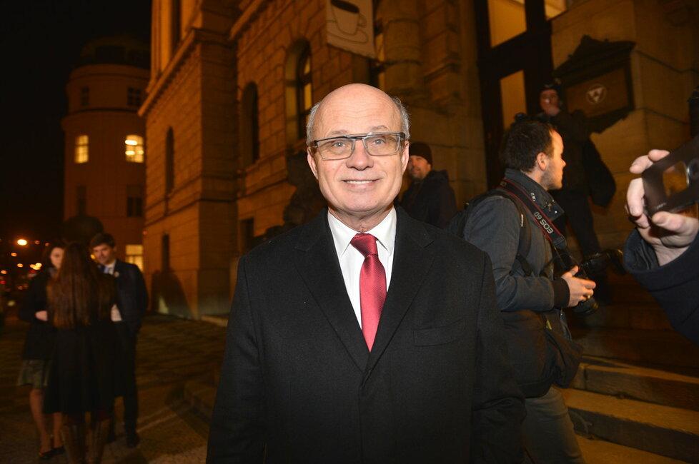 Michal Horáček před Rudolfinem před začátkem poslední prezidentské debaty ČT