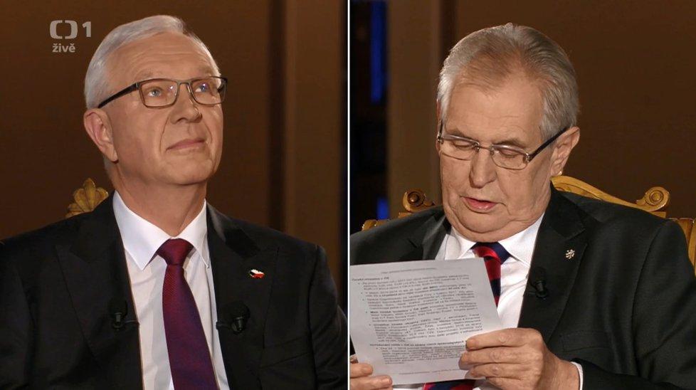 Miloš Zeman vytáhl na Jiřího Drahoše brýle a neodpustil si rýpnutí. Prý je potřebuje, protože má více dioptrií než Drahoš.