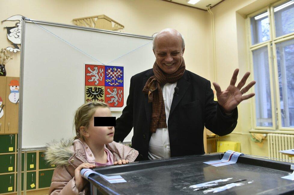Michal Horáček během 2. kola prezidentské volby. Volit šel i s dcerou Julinkou