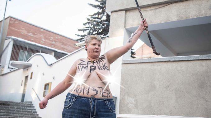 """Členka Femen se během 2. kola prezidentských voleb svlékla před českou ambasádou v Kyjevě. Zemana označila za """"kulhavou příšeru"""""""