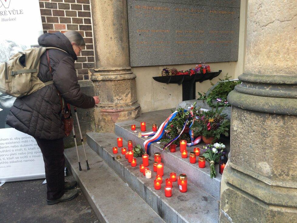K místu posledního odpočinku Olgy Havlové nosili lidé svíčky.