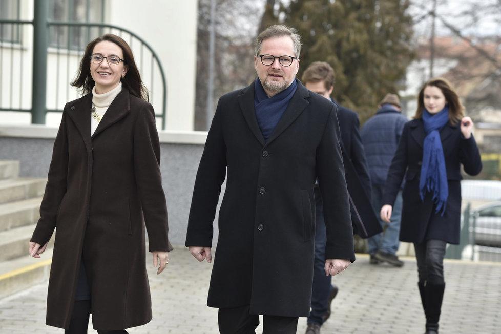Šéf ODS Petr Fiala vyrazil k 2. kolu prezidentských voleb s manželkou Janou i dětmi.