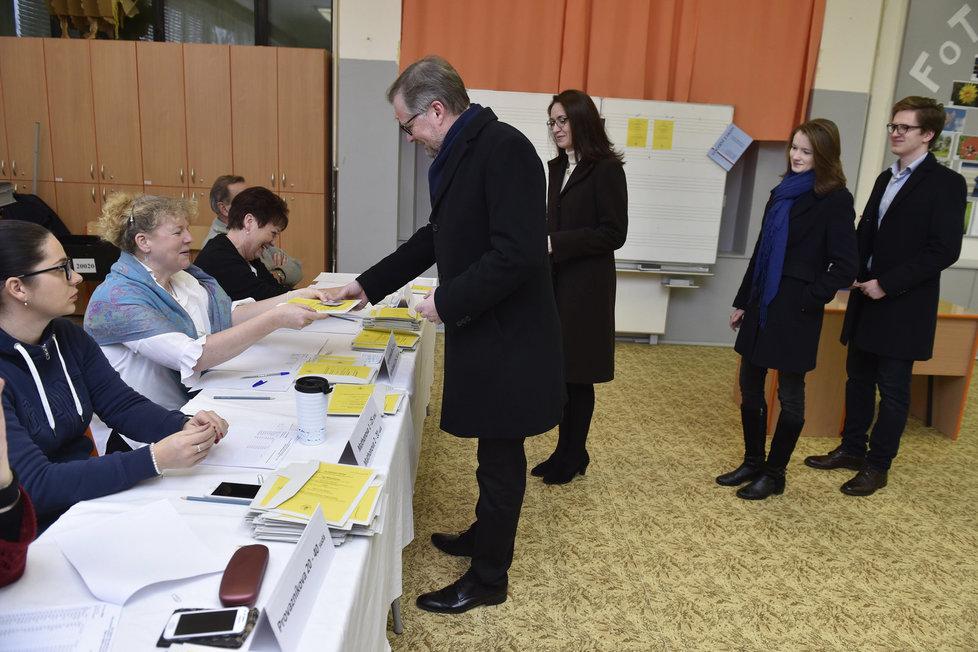 Šéf ODS Petr Fiala vyrazil k 2. kolu prezidentských voleb s manželkou Janou i dětmi