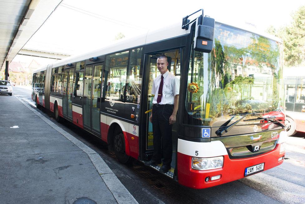 Aby mohly být zastávky na znamení zavedeny celoplošně, bude k tomu zapotřebí rozsáhlá osvětová kampaň. Ta by měla usnadnit změnu jak cestujícím, tak i řidičům. (ilustrační foto)