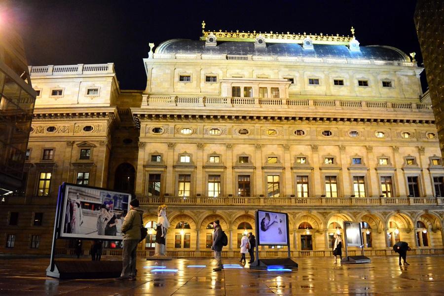 Výstavu fotografií Vojtěcha Brtnického, dokumentující výjimečné třicetihodinové taneční představení MOMENTUM, doprovodila úvodní taneční instalace Vidět stíny utíkat - nechat mysl létat.