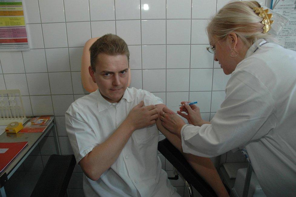 Proti chřipce se dá očkovat. Teď už je ale podle lékařů na vakcinaci příliš pozdě.