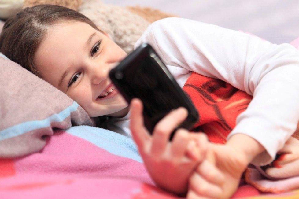Sedm z deseti dětí si bere mobil do postele.