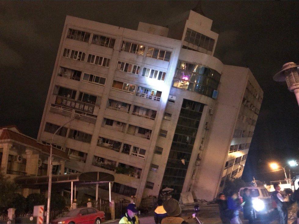 Zemětřesení na Tchaj-wanu zdevastovalo budovy.
