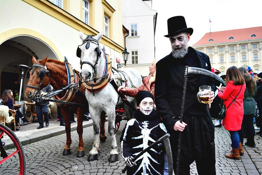 Malostranské masopustní veselí přilákalo několik stovek lidí. Mezi nadšenci v maskách byli nejen Pražané, ale také cizinci.