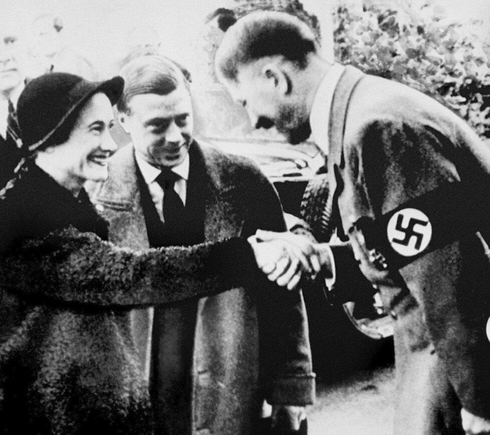 Eduard s manželkou Wallis se zdraví s Adolfem Hitlerem