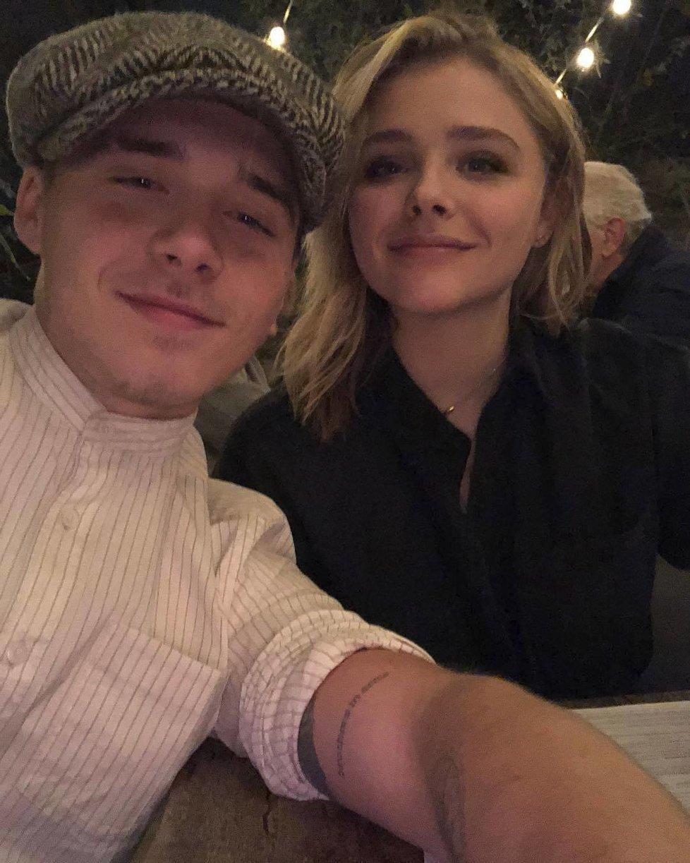 Brooklyn Beckham (18), nejstarší syn Davida a Victorie, se vrátil ke své lásce herečce Chloe Moretz (21), se kterou se v září 2016 rozešel. Chloe v jednom z rozhovorů přiznala, že to pro ni byl těžký rok a jediné, co chtěla, bylo někam se schovat. Dvojice spolu začala randit už v roce 2014.