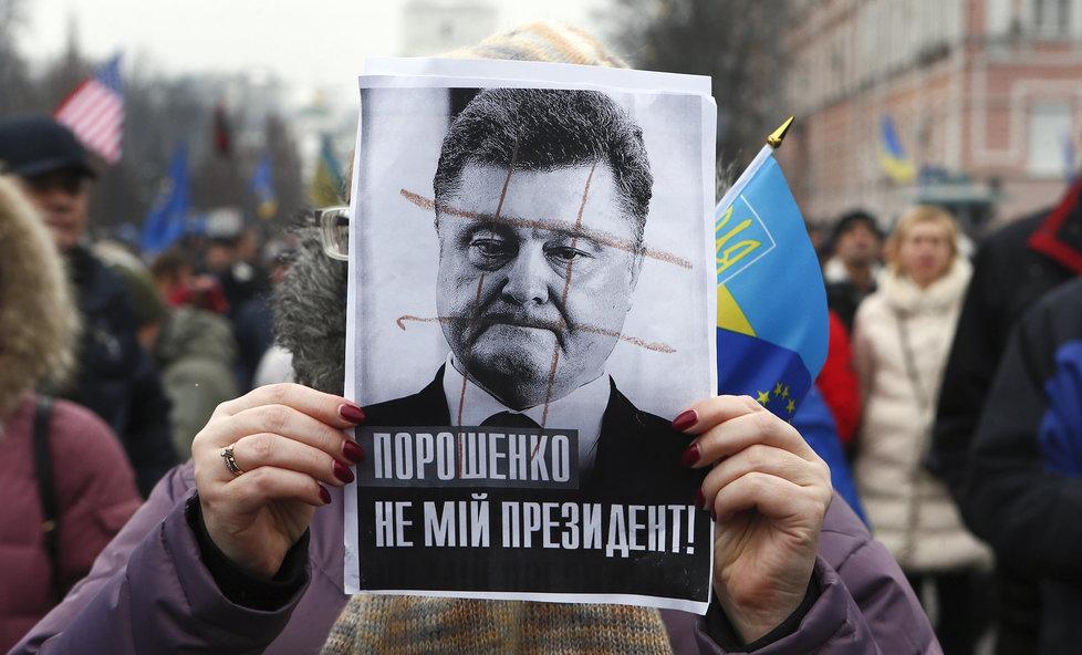 Saakašviliho stoupenci požadovali v Kyjevě demisi Porošenka.
