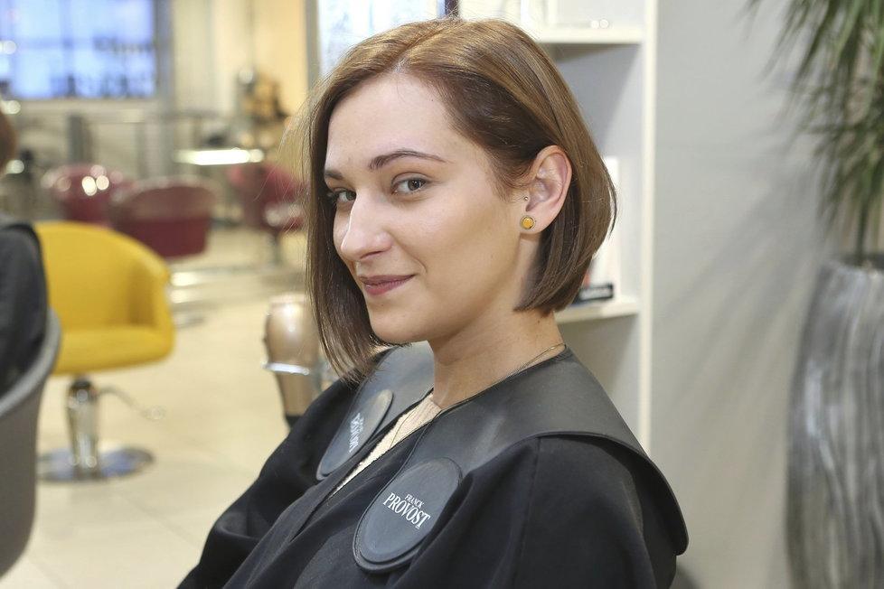 Herečka Bára Jánová jako brunetka