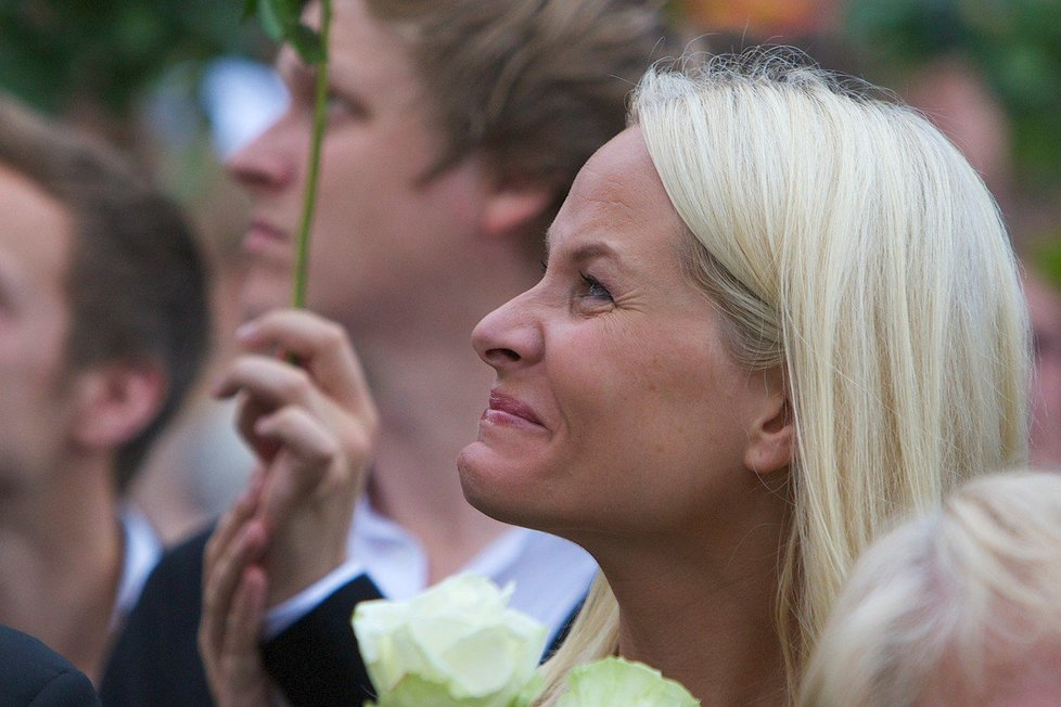 Její život je všechno možné, jen ne procházka růžovou zahradou. Nevlastního bratra jí zavraždil neonacista Brevik, ona sama trpí nepříjemnými závratěmi.