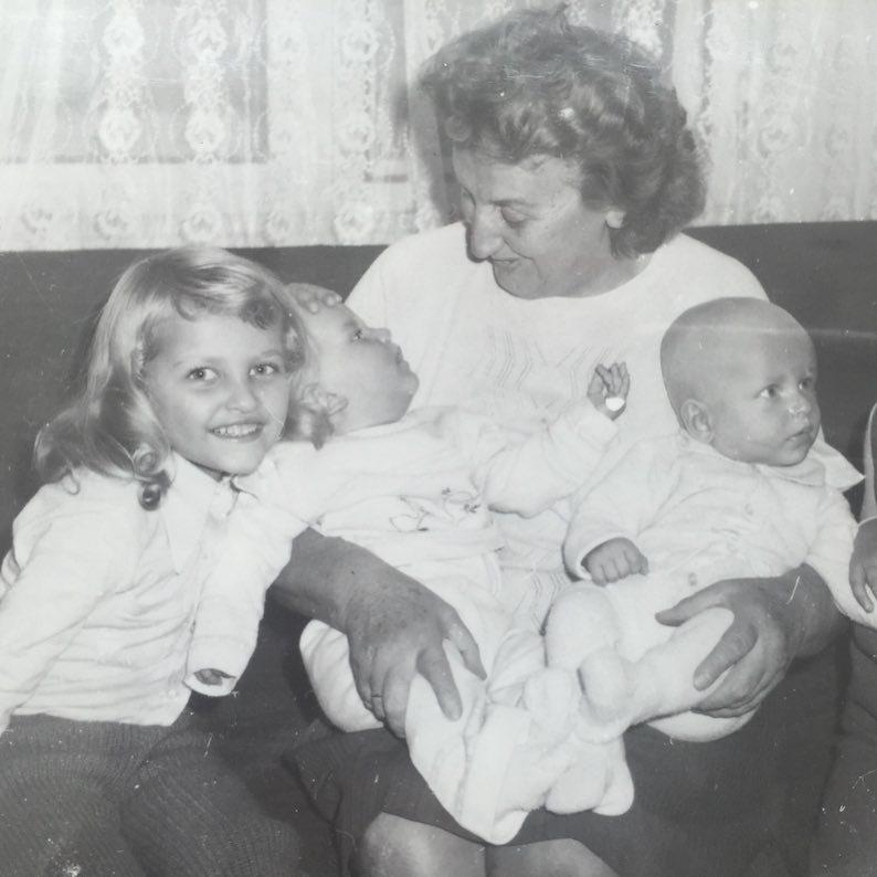 Throwback Thursday aneb retro okénko. Tahle fotka pochází z archivu Terezy Maxové. Poznáváte v malé holčičce s úsměvem od ucha k uchu topmodelku?