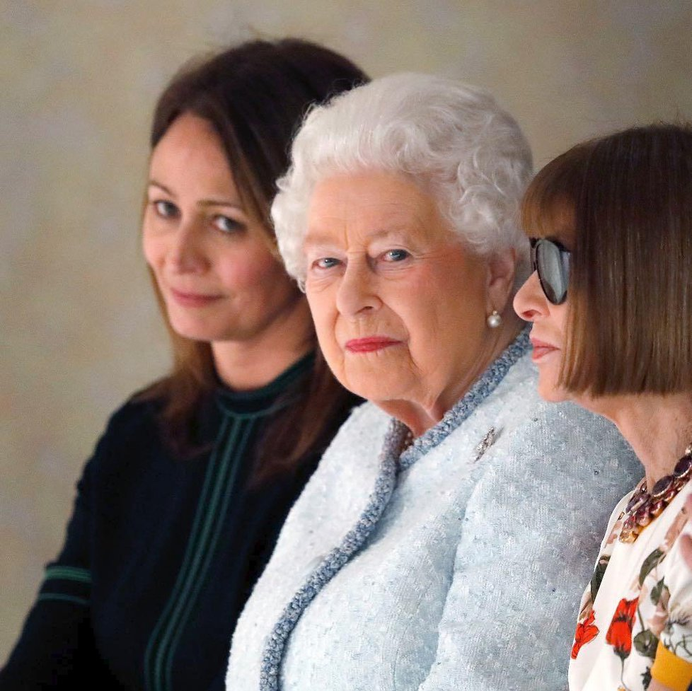 Královna Alžběta II. navštívila londýnský týden módy. Seděla vedle Anny Wintour.
