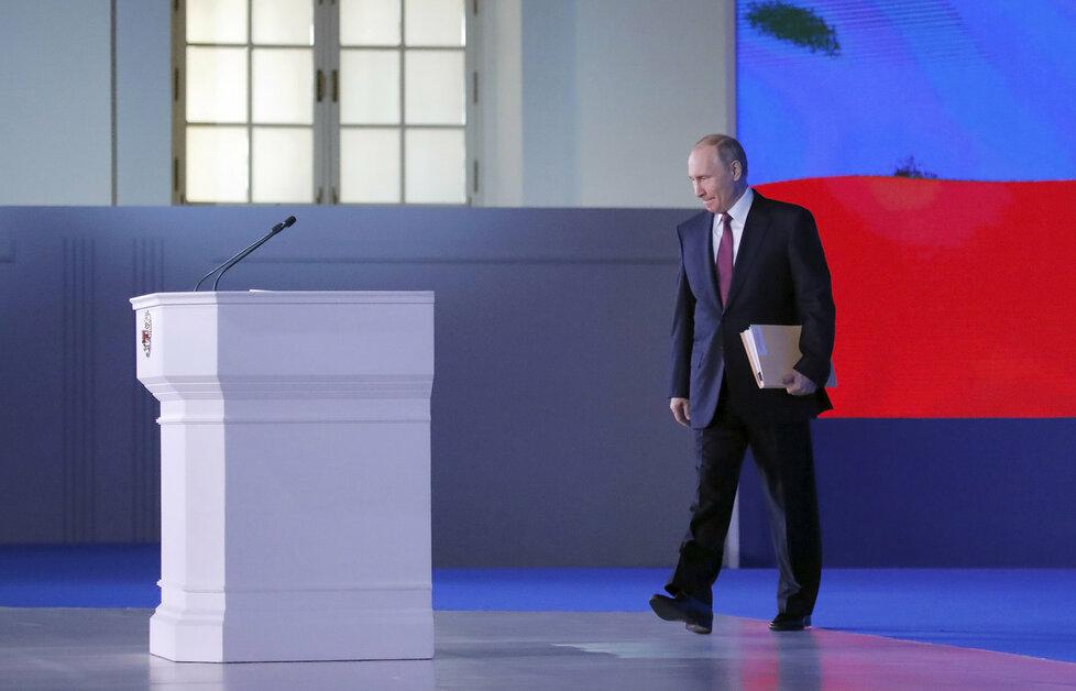 Ruský prezident přednesl projev před svým parlamentem. Kritici ho viní, že řeči využil k vlastní propagandě před volbami
