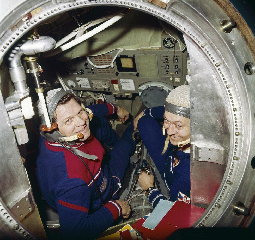 Remek a Gubarev před odletem v modelu orbitální stanice.