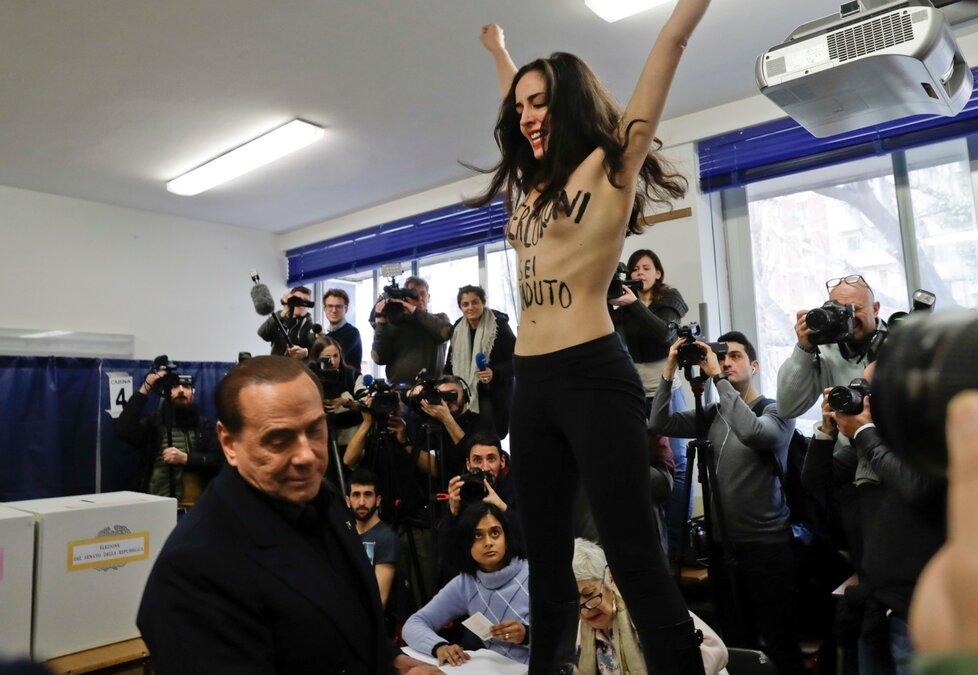 """Polonahá žena měla na těle napsáno """"tvoje doba je u konce, Berlusconi."""""""
