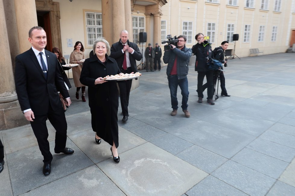 Ivana Zemanová rozdává před inaugurací Miloše Zemana čekajícím lidem koláčky (8. 3. 2018)