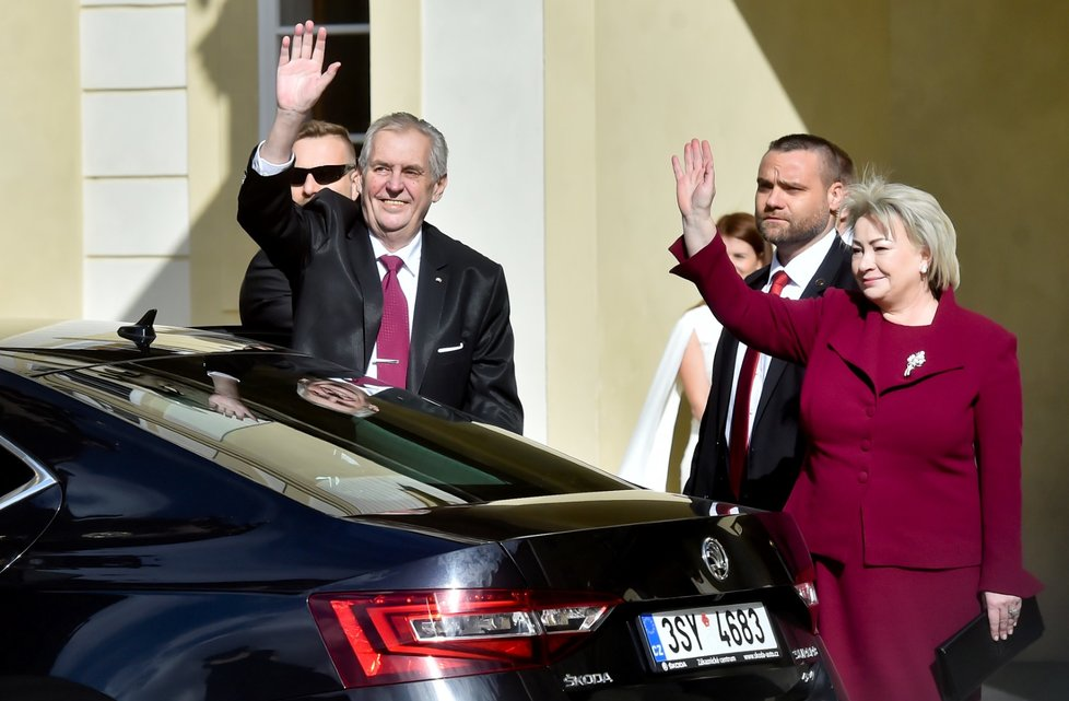 Miloš Zeman společně s manželkou Ivanou zdraví své příznivce při příjezdu na inauguraci (8. 3. 2018)