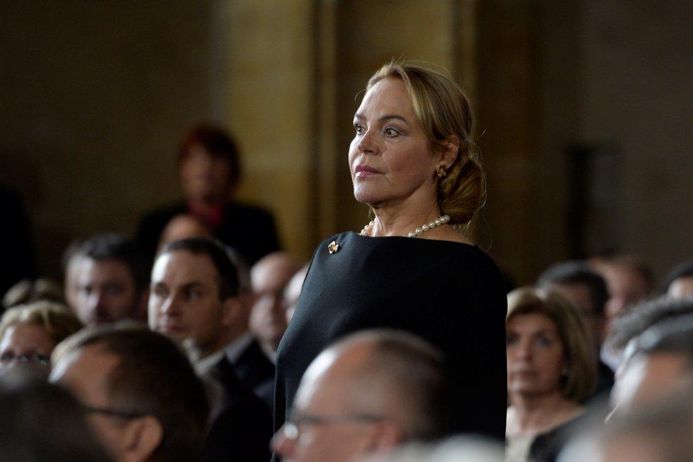 Paní Dagmar, vdova po stále připomínaném prezidentu Havlovi, rozbila plochu tzv. malých černých broží a odkaz Coco Chanel připomínajících perel, jež bohužel uvízly za širokým a mělkým dekoltem.