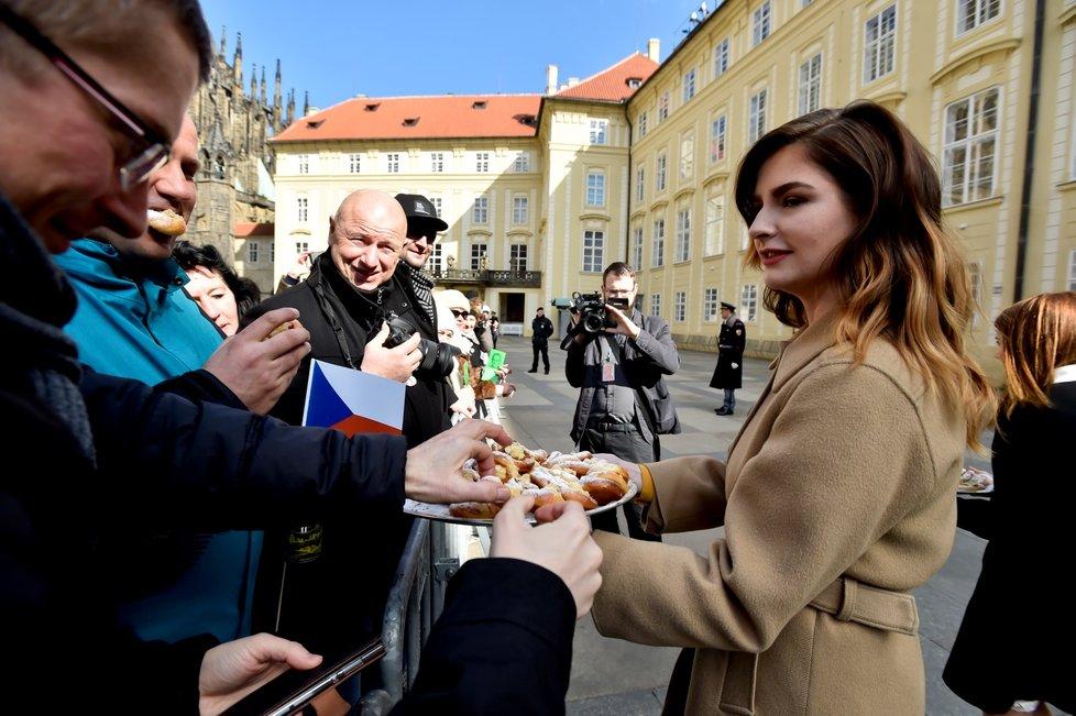 Dcera Miloše Zemana roznáší před inaugurací lidem koláčky (8. 3. 2018)