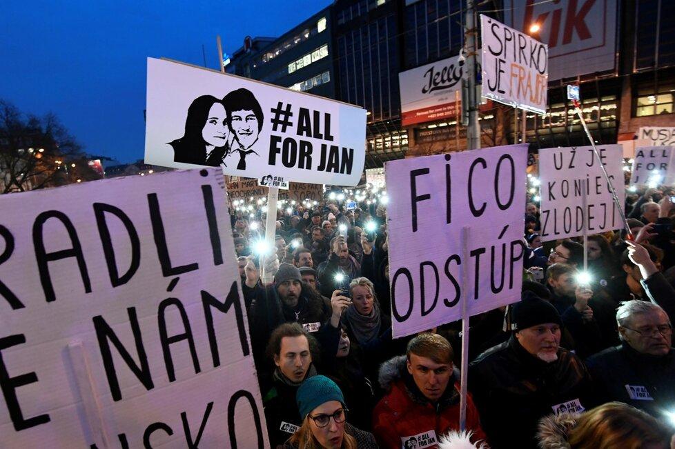 Na demonstraci za důsledné vyšetření vraždy novináře Jána Kuciaka se na bratislavském náměstí SNP sešlo v pátek 9. 3. 2018 přes 30 tisíc lidí, to je nejvíce od roku 1989.