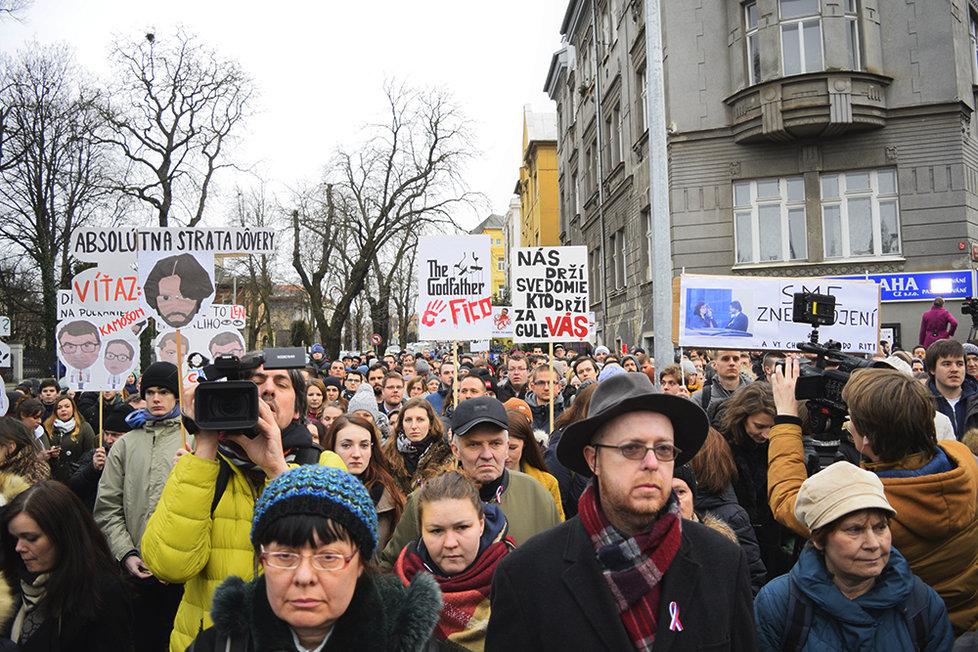 Stovky Slováků demonstrovaly před slovenskou ambasádou v Praze.
