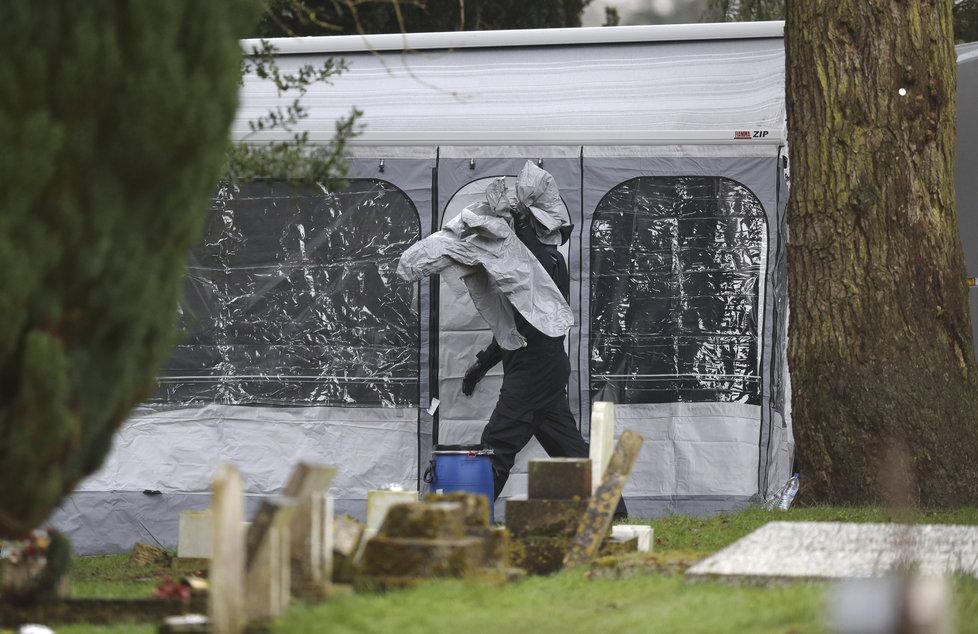 Vyšetřování otravy exšpiona Sergeje Skripala pokračuje, policisté nyní testují na přítomnost toxinu hroby jeho syna a manželky.