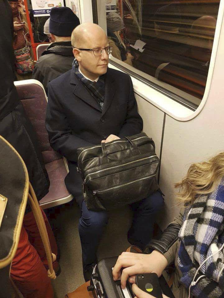 Expremiér Bohuslav Sobotka (ČSSD) vyměnil vládní limuzínu za metro