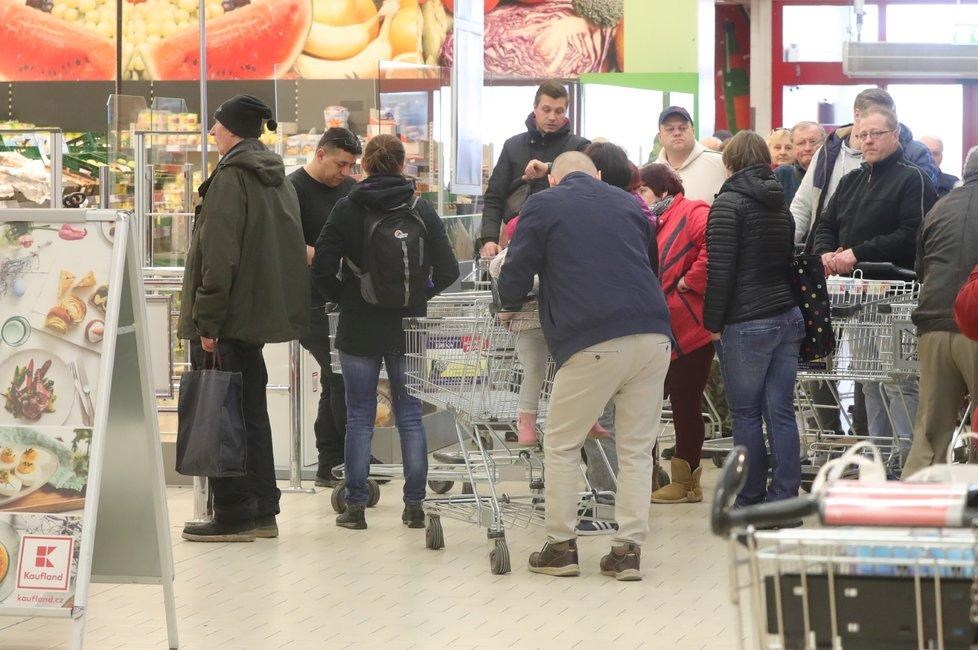 Fronta na nákup v obchodním domě Kaufland