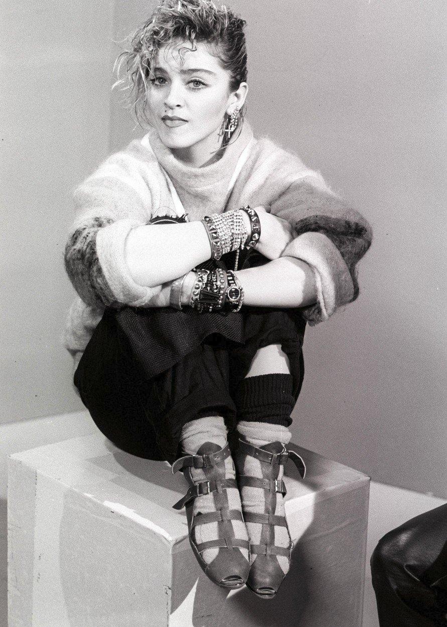 Madonna v roce 1984 - její typický styl, který kopírovaly v 80. letech všechny dívky.