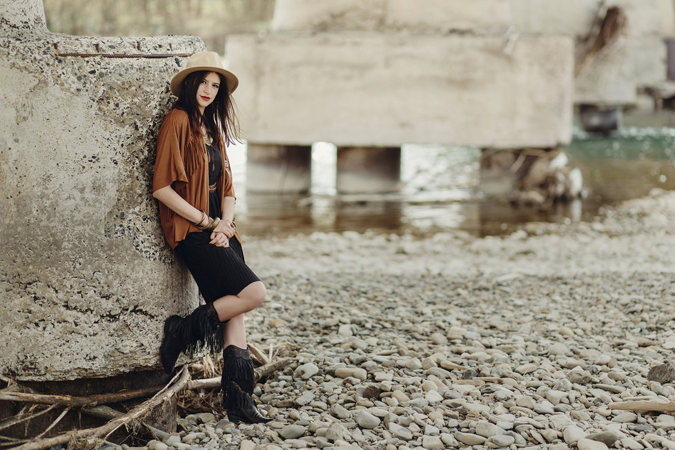 d5b0003d4c2 Kovbojský styl frčí  Kupte si kousky s třásněmi nebo stylové boty ...