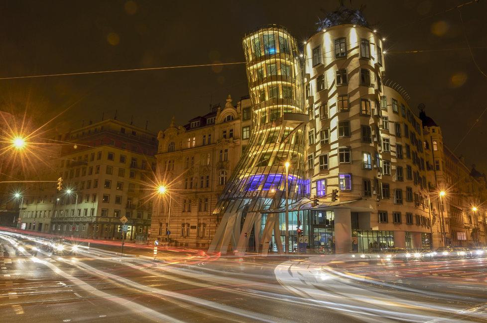 Tančící dům je známý svou originální architekturou. Ta na břehu Vltavy vyniká i za tmy.