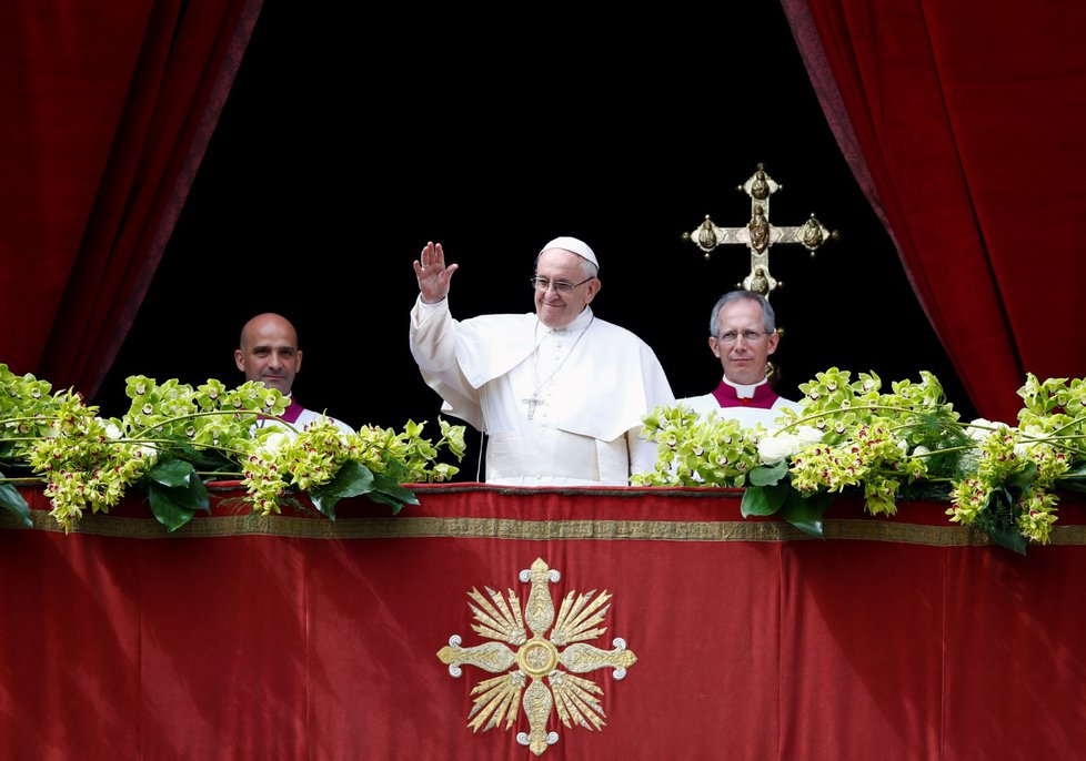 Papež mává věřícím během svého tradičního velikonočního požehnání Městu a světu.