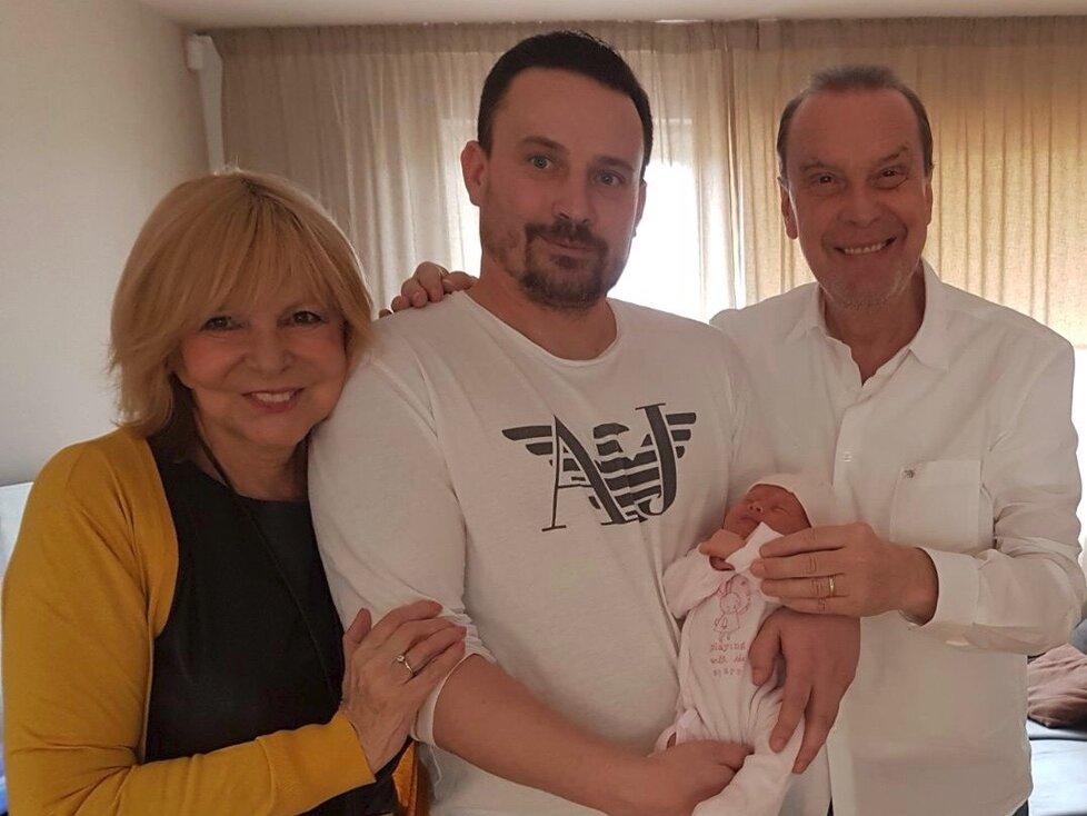 Hana Zagorová, šťastný tatínek Stanislav s malou Elizabetkou a Štefan Margita