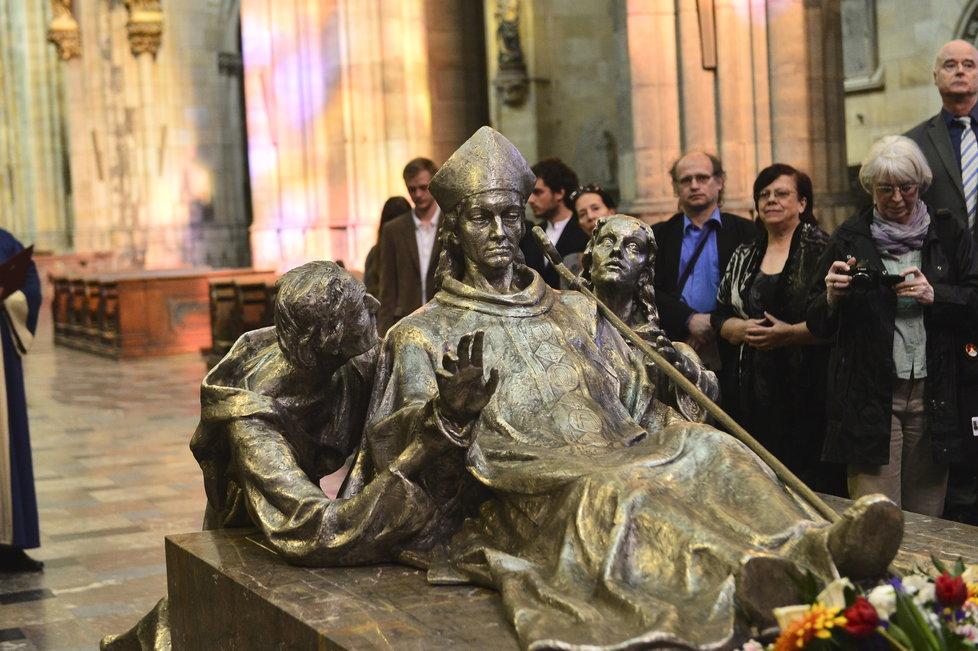 Sousoší svatého Vojtěcha se po dlouhých desetiletích objevilo na Pražském hradě. Byl to přitom Břetislav I., který ostatky světce přivezl do Prahy až z Hnězdna.
