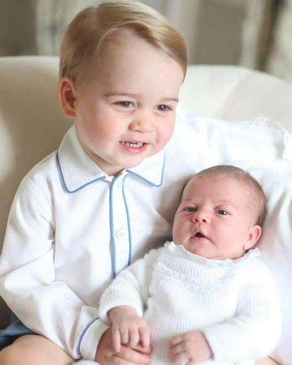 Takhle se světu pochlubil princ George princeznou Charlotte