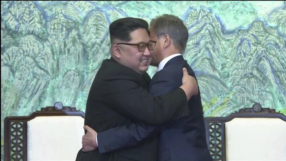 Mun Če-in a Kim Čong-un v objetí.