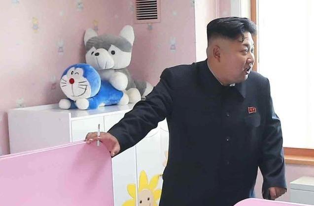 Kim Čong-un je těžký kuřák, cigaretu si neodpustil ani v nemocnici na dětském oddělení.