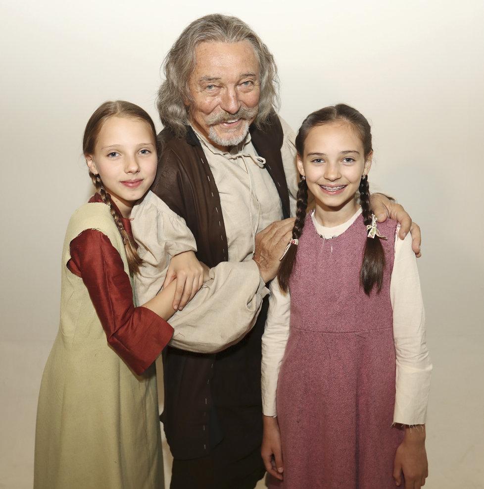 Karel Gott s dcerami při natáčení nové pohádky Když draka bolí hlava.